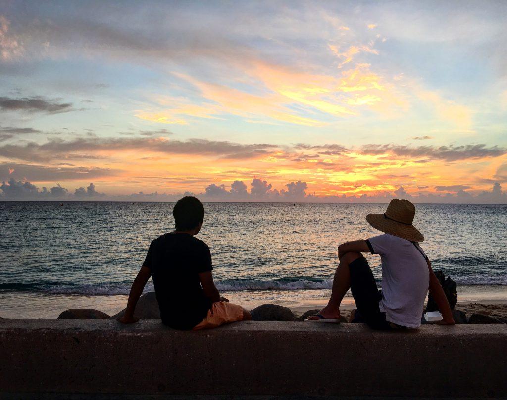 Widok z jednej z knajp na zachód słońca nad plażą Maho